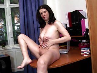 Mãe madura com corpo natural doce
