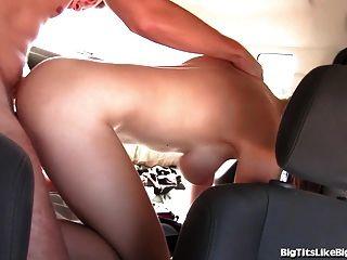 Garota peituda fodida no banco traseiro!
