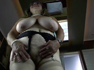 Avó kinky com boobs muito grandes saggy