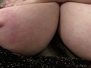 Sexy com grandes mamas e com fome pussy