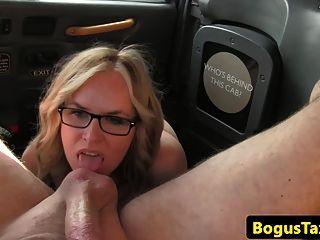 Glam taxi milf gagging sobre os motoristas galo