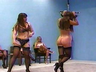 Femdom chicoteando em lingerie (sutiã e fullback pantys)