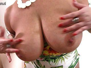 Mãe com grandes peitos e corpo perfeito
