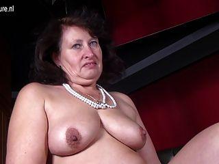 Mãe sexy grande com vagina com fome