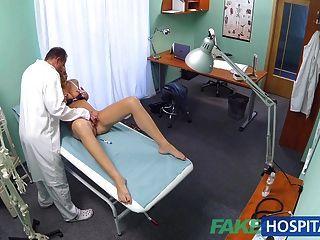 Fakehospital estudante tesão recebe um bom fucking do médico