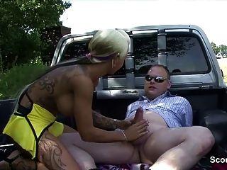 Prostituta rua alemão fucks homens mais velhos ao ar livre para o dinheiro
