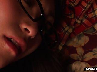 Nerdy asiática adolescente esfrega sua boceta sob o cobertor