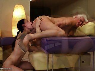 Grannies fuck jovens lésbicas