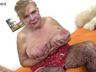 Avó velha real com grandes mamas saggy