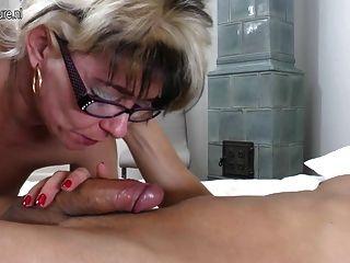 Naughty mature slut mom fucking jovem gajo