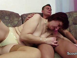 Mãe alemão passo a passo seduzir filho para fodê-la quando sozinho em casa