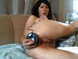 Diana webcam milf empurra um enorme vibrador preto em sua bunda