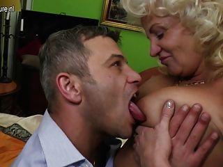 Mamãe madura impertinente fodendo e chupando duro