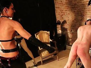Escravo penetrado pela amante e seu manequim de janela