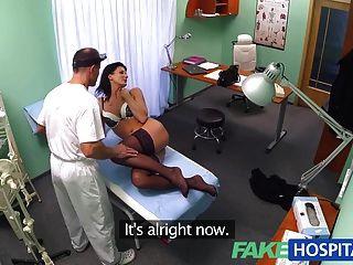 O médico do fakehospital certifica-se que o paciente é verificado bem sobre