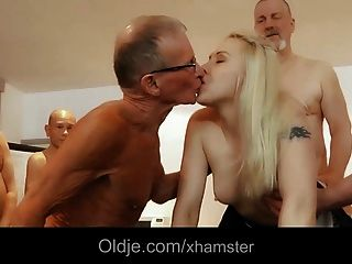 Bussinesmen velho fuck no grupo uma empregada loira