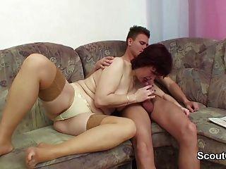 Mãe alemã seduzir não seu filho passo para fodê-la quando em casa