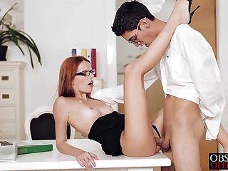 Sexy susana está dobrado sobre sua mesa de escritório