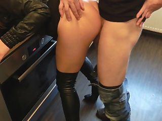 Sexo de couro na cozinha