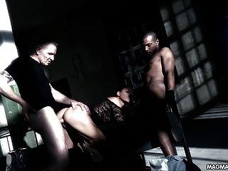 Magma filme quente alemão slut fodido por dois caras em um porão
