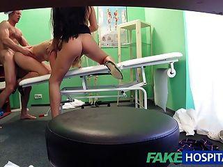 Fakehospital médico é para um trio sexy