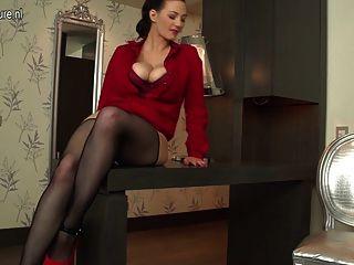 Sexy dona de casa peluda com seios grandes