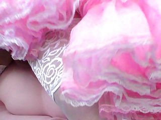 Boneca fodendo sissy em vestido rosa sissy
