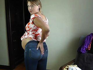 Menina grávida sexy tentando em vestidos