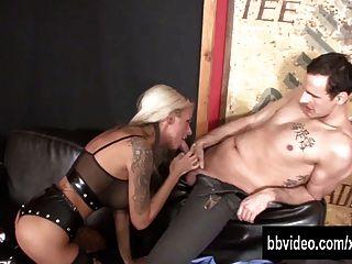 Namorada busty alemão obtém bichano fisted
