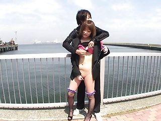 Japonês ao ar livre descascamento e vibrador provocando subtitulado