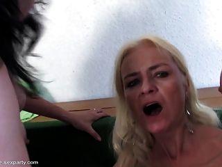 Jovem filho da puta fode três mães maduras