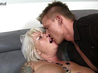 Linda esposa e mamãe foda jovem garoto