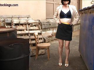 Tiras do secretário do milf do sleazy fora no cinturão e nas meias