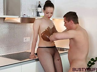 Busty buffy coberto de chocolate e titty fodido