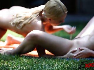Lésbicas teen linda ao ar livre
