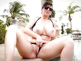 Sara jay mostra fora seus tits grandes surpreendentes no biquini minúsculo