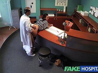 Fakehospital médico esvazia seu saco para aliviar paciente sexy