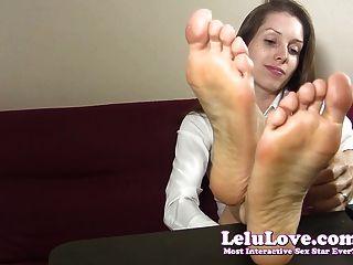 Secretária teases e taunts você com seus pés descalços e soles