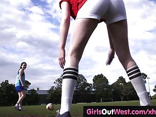 Jogador de futebol lésbico lambido após treino
