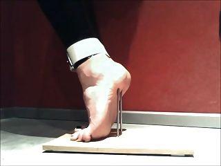 Pie tortura para ficar na ponta dos pés com unhas e amarrado