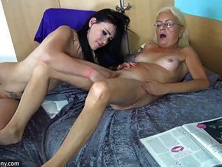 Oldnanny jovem e muito madura masturbando juntos