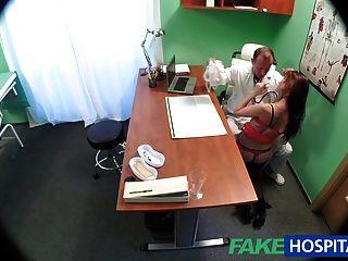Fakehospital médico curas paciente sexy com um galo pesado