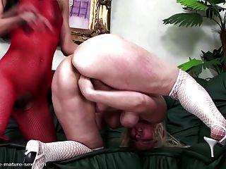 Mamãe madura fisted hard por jovem lésbica