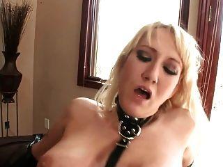 Alanah sexo em lingerie de látex brilhante e luvas