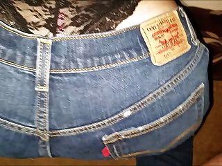 Soltando uma carga de esperma em sua calça jeans