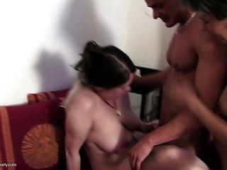 Sexo de grupo louco com 4 moms e menino afortunado novo