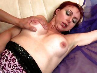Sexy mãe madura natural chupar e foder rapaz
