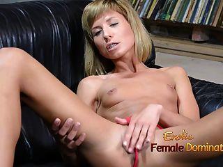 Menina magro que tem um dildo enorme em seu bichano