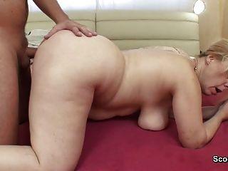 Mãe acorda filho passo alemão para obter fuck in ass