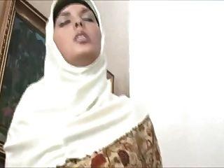 Muslima no hijab tem um corpo deslumbrante e gosta de foder